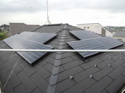 寄棟の屋根に、太陽光発電システム
