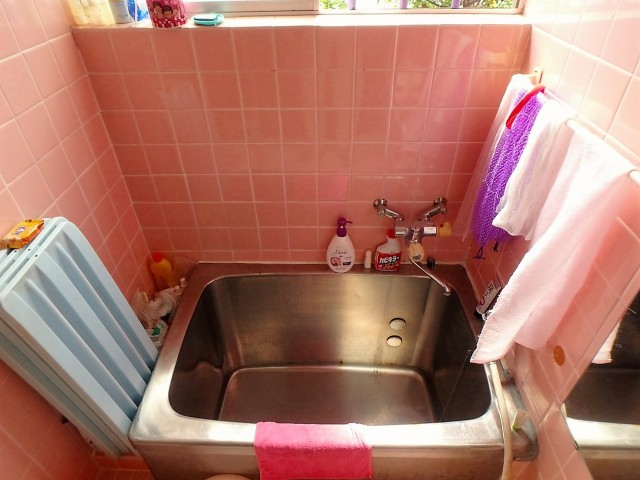 元々は鮮やかなピンク色のタイル張りのお風呂でしたが…