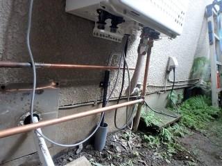 給湯器の配管接続 施工中